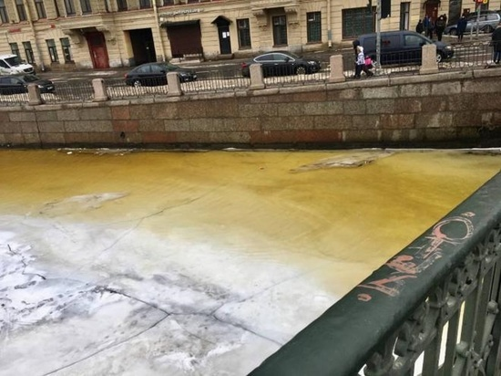 «Водоканал» объяснил «оттенки желтого» на реках Петербурга